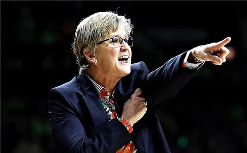 Lady Vols head coach Holly Warlick shouts instructions to her team during Tennessee's 84-70 loss to Notre Dame.